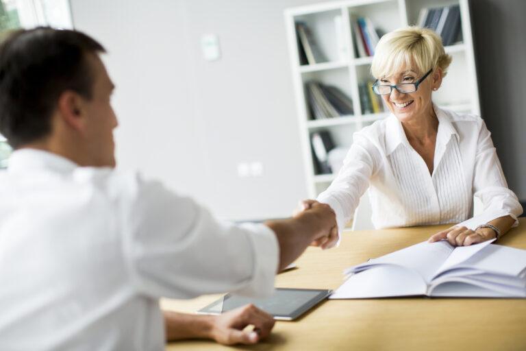 contratar a un empleado
